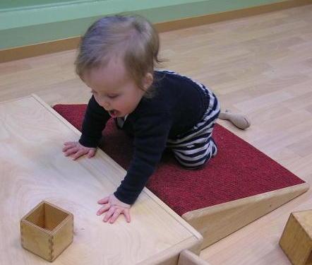 Kind auf der Bewegungsbaustelle